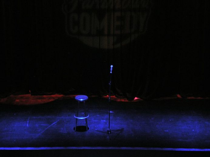 800px-stand-up_comedy_-_stage