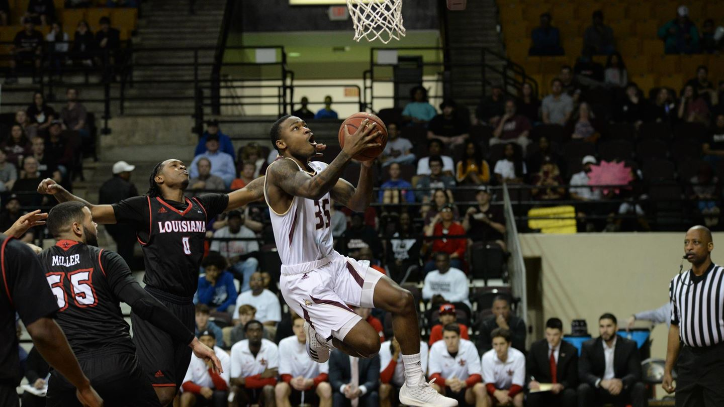 Jaylen Shead goes into the paint to score a layup.
