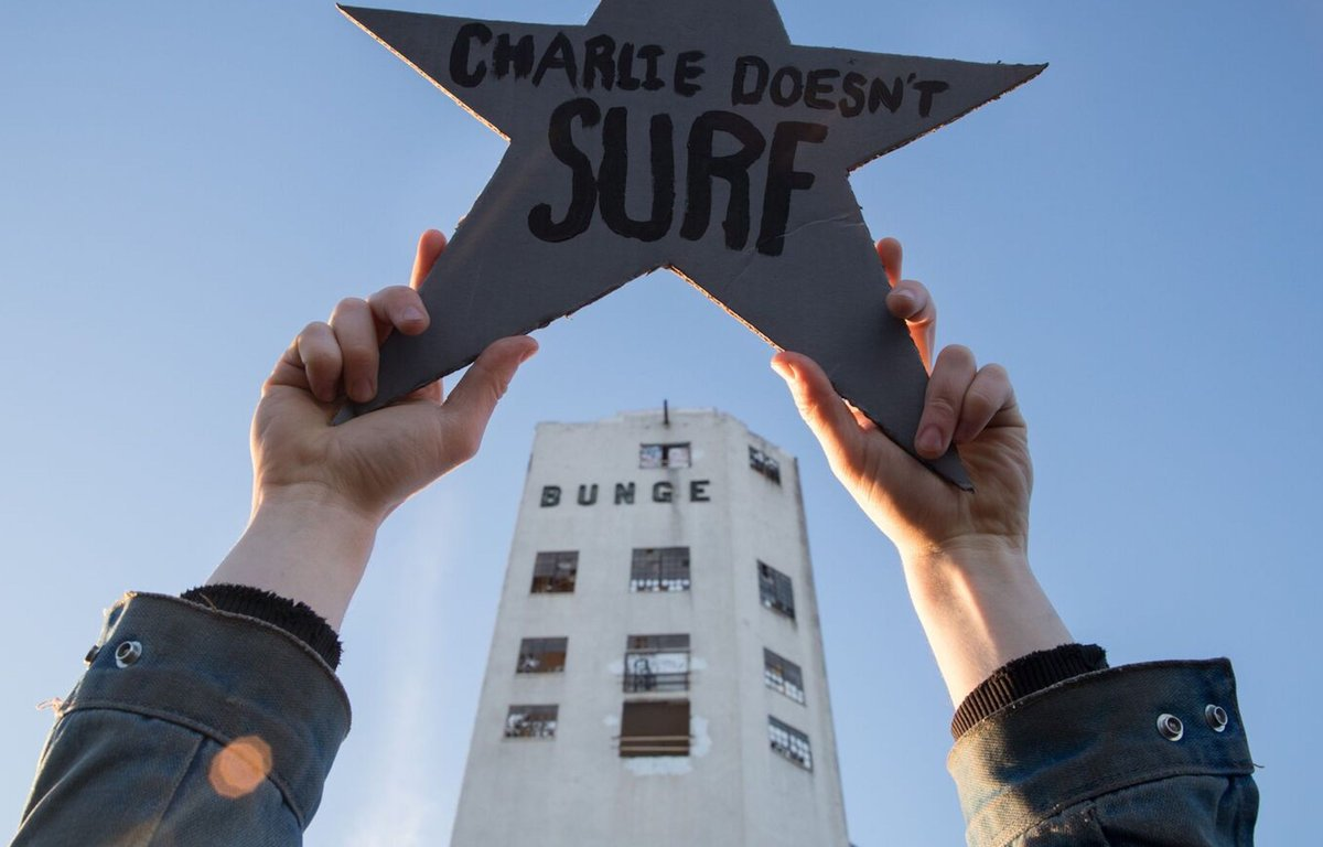 The album depicts two hands holding a star with the name of the band in front of what appears to be an abandoned building.